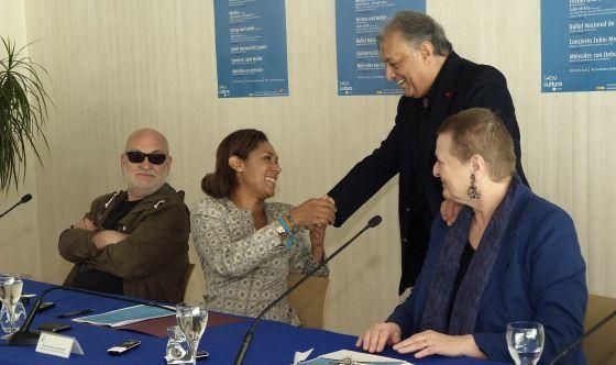 Zubin Mehta saluda a la consejera de Turismo, Lola Johnson.