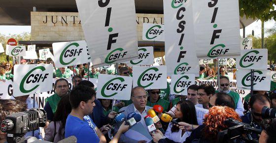 Funcionarios de la Junta de Andalucía, durante la protesta de este lunes en Sevilla por los recortes.