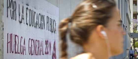 Un cartel, en Sevilla, anunciando la huelga general en el sector educativo.