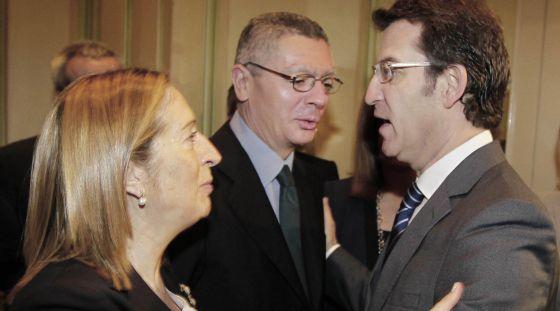 Feijóo, a la derecha, saluda a Ana Pastor y Alberto Ruiz Gallardón durante el desayuno informativo de Europa Press.