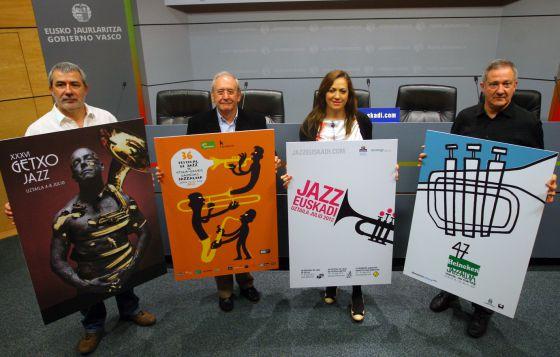 De izquierda a derecha, los directores de los festivales de jazz de Getxo, Iñaki Saitua; Vitoria, Iñaki Añua, y San Sebastian, Miguel Martín, junto a la directora de Turismo, Isabel Muela, ayer en la presentación en Bilbao de la temporada.