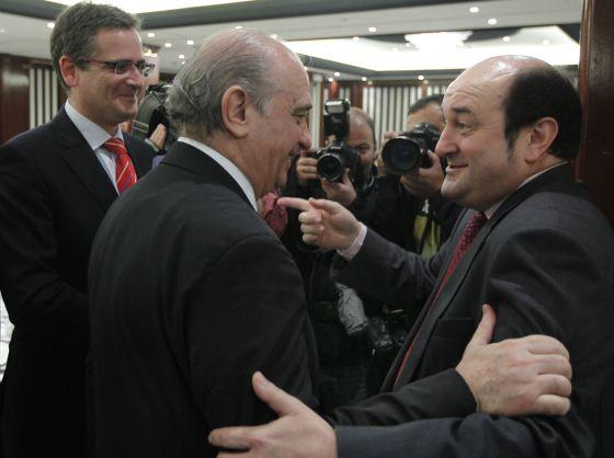 El ministro del Interior, Jorge Fernández Díaz (centro), quien presentó ayer a Basagoiti, saluda tras la conferencia a Andoni Ortuzar en presencia del presidente del PP vasco.