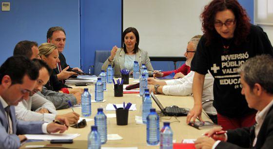 La consejera María José Catalá, en la reunión con los sindicatos.