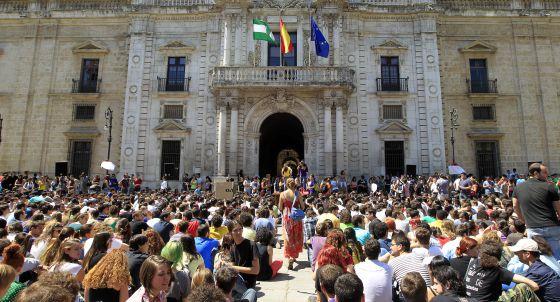 Estudiantes de la Universidad de Sevilla, en la asamblea de este martes frente al Rectorado.