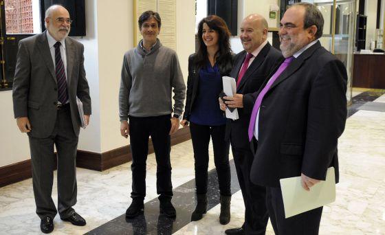 Jesús Loza (a la izquierda), ayer en la Cámara con los cuatro parlamentarios que registraron la proposición de ley del Instituto de la Memoria: desde la derecha, Mikel Unzalu (PSE), Iñigo Iturrate (PNV), Aintzane Ezenarro (expulsada de Aralar) y Mikel Arana (Ezker Anitza).