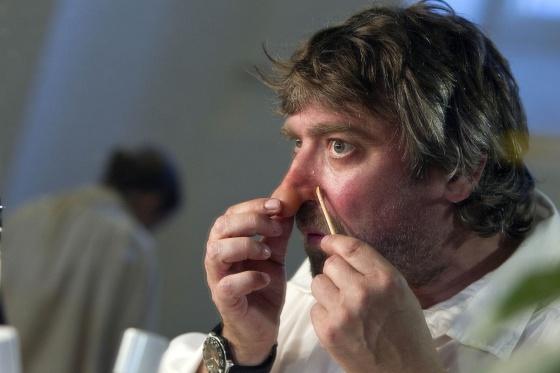 Pere Arquillué se coloca ayer la nariz de Cyrano antes de la función de estreno.
