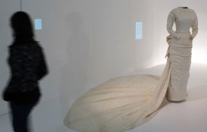 Una persona observa uno de los nuevos vestidos de novia de Balenciaga expuestos.