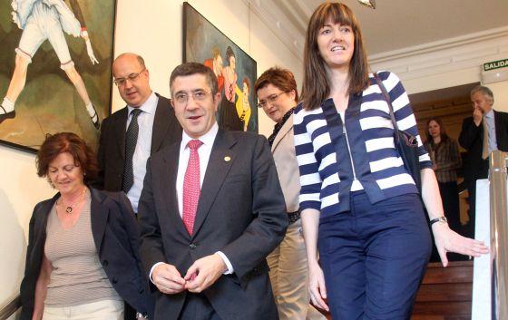 López, ayer entre la consejera de Justicia, Idoia Mendia (derecha), y la presidenta de la UPF, María Moretó, en la inaguración del congreso de esta entidad. Detrás, el fiscal superior, Juan Calparsoro, y la vicedecana del Colegio de Abogados de Bizkaia, Gemma Escapa.