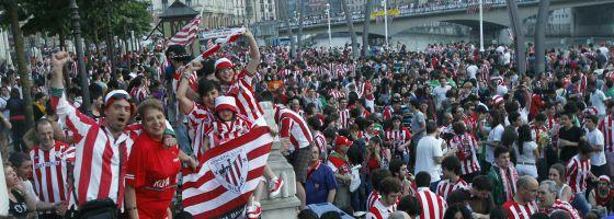Miles de seguidores rojiblancos animan al equipo en el Arenal bilbaíno horas antes del partido.
