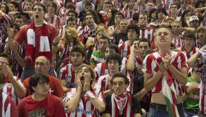Varios aficionados siguen con tensión en San Mamés uno de los momentos del partido.