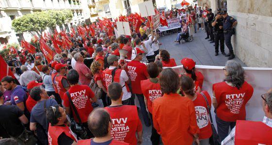 Protesta de los centros de discapacitados y trabajadores de RTVV ante el Palau de la Generalitat.