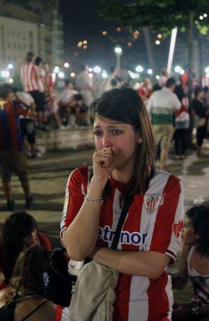 Una joven seguidora se lamenta por el resultado del choque.