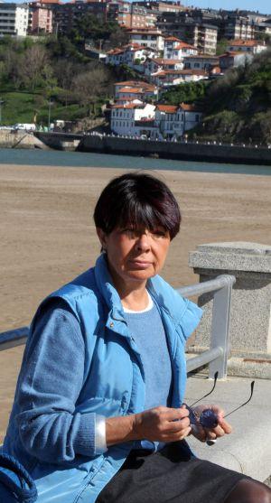 Margarita Uría, posa en la playa de Ereaga.