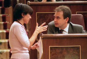 La diputada del PNV, Margarita Uría, conversa en el Congreso con el expresidente José Luis Rodríguez Zapatero en 2000.