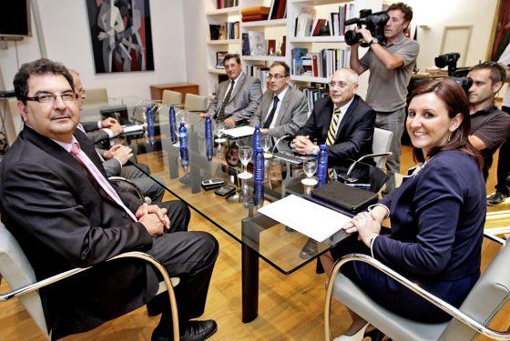La consejera de Educación María José Catalá con los rectores de las universidades.