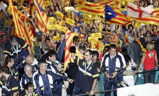 Celebración de la selección catalana de hockey sobre patines tras ganar en octubre de 2004 en Macao el Mundial B de la especialidad.