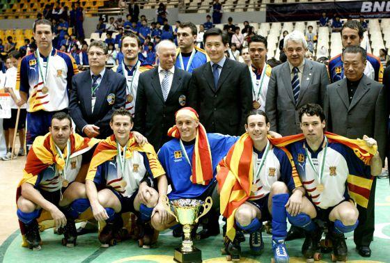 La selección catalana de hockey patines celebra el Mundial B conseguido en Macao en 2004.