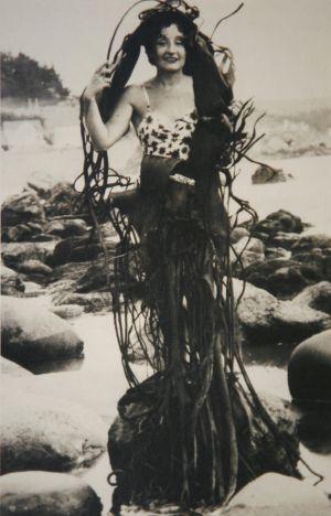 Imaxe de Maruja Mallo nunha praia chilena en 1945.