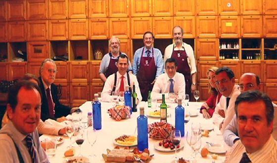 De derecha a izquierda, Bernabé Unda, Carlos Urquijo, José Luis Bilbao, Arantza Quiroga, Patxi López, Felipe de Borbón, Iñaki Azkuna, Montserrat Gomendio y el representante de la Casa del Rey. Juanjo Romano, que ofició de cocinero, posa tras el Príncipe en el Gure Txoko.