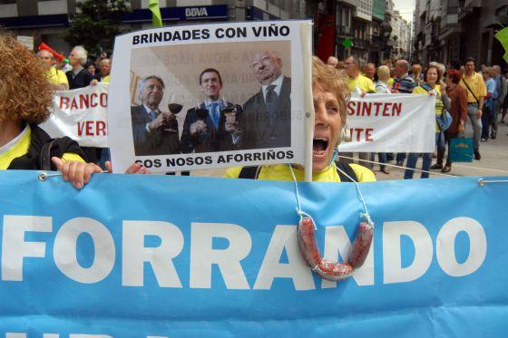 Una afectada por las preferentes se manifiesta ayer en A Coruña.