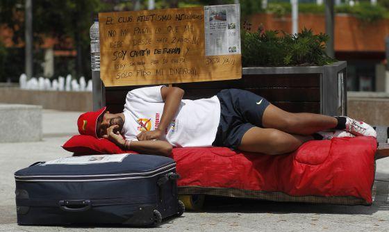 El Atleta Elbendir acampado ante el Ayuntamiento de Alcobendas.
