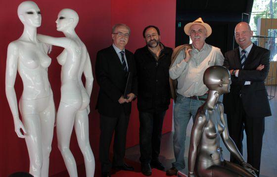 Desde la izquierda el presidente de Ibermatica, José Luis Larrea; el naturalista Luis Miguel Domínguez; Eudald Carbonell, codirector de las excavaciones de Atapuerca, y el director general de la compañía, Joseba Ruiz Alegría.