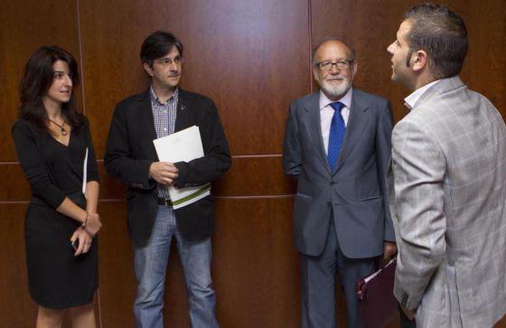 Reyes Mate (segundo por la derecha), ayer en la Cámara, donde compareció en la ponencia de paz. A su lado, el socialista Óscar Rodríguez (primero por la derecha); el parlamentario de Ezker Anitza, Mikel Arana, y Aintzane Ezenarro, del grupo de Aralar.