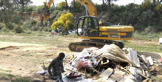 Desmantelamiento de uno de los asentamiento de Moguer.