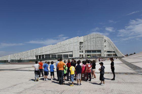 Un grupo de niños realiza una visita a la Cidade da Cultura.