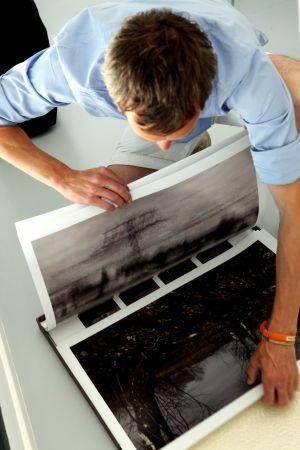Un participante de los Descubrimientos PHE observa las fotos que va a presentar a los expertos.