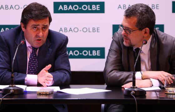 El presidente de la ABAO, Juan Carlos Matellanes (a la izquierda), con su director artístico, Jon Paul Laka, ayer en la presentación de la próxima temporada de ópera bilbaína.