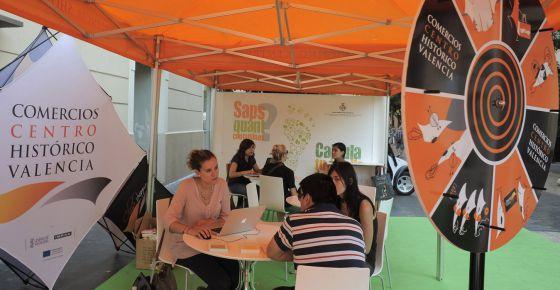 Ciudadanos en la carpa instalada por el Ayuntamiento de Valencia donde se calcula su huella ecológica.