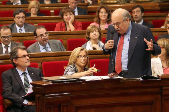 El presidente de la Generalitat, Artur Mas (i), escucha al consejero de Economía, Andreu Mas-Colell (d), en el transcurso de la sesión de control en el Parlament.