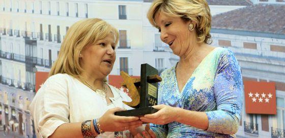 La presidenta de la Comunidad, Esperanza Aguirre, entrega del Premio a la Tolerancia a la presidenta de AVT, María Ángeles Pedraza.