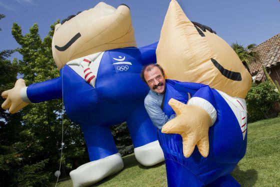 Quim Guixà sale de uno de las figuras hinchables de Cobi, la mascota de los Juegos Olímpicos de Barcelona