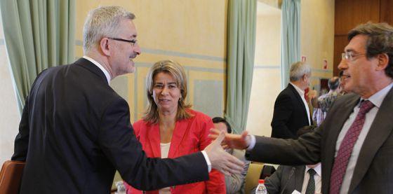Antonio Ávila saluda a los integrantes de la comisión parlamentaria.