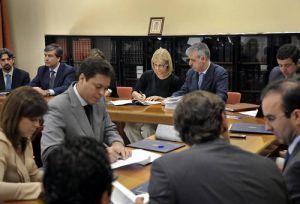 La alcaldesa, en el centro, durante la firma del acuerdo sobre pago a proveedores.