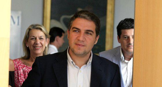 Elías Bendodo, y en segundo término Francisca Caracuel y Francisco Oblaré