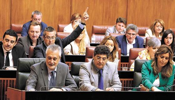 En primer término, José Antonio Griñán, Diego Valderas y Susana Díaz, durante una votación el pasado 23 de mayo en el Parlamento.