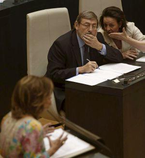 Lissavetzky escucha a Botella en el debate sobre el estado de la ciudad.