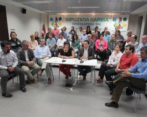 Ediles y junteros del PNV, ayer en la presentación de una campaña sobre residuos.