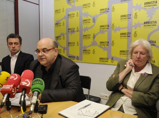 Esteban Beltrán, en el centro, con Nicola Duckworth a su derecha, en Vitoria.
