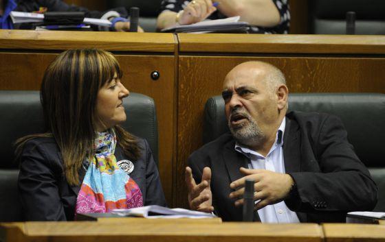 La consejera Idoia Mendia escucha al portavoz socialista José Antonio Pastor.