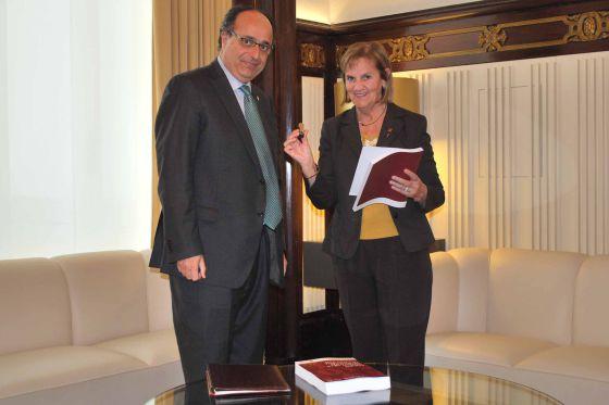 Jaume Amat, sindico mayor, y Núria de Gispert, presidenta del Parlament.