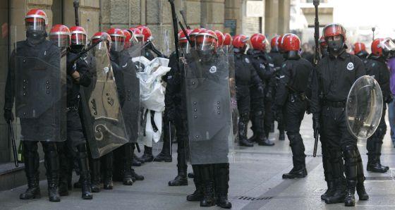 Varios agentes antidisturbios de la Ertzaintza, vigilan una manifestación de la izquierda 'abertzale' en San Sebastián.