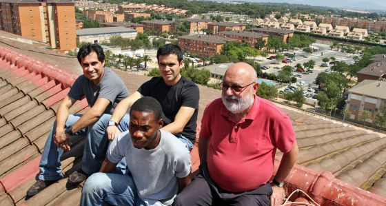 El director, Alfonso García, con los colegiales R. Arenas, J. Amaya y J. Ondó, en el tejado del centro.