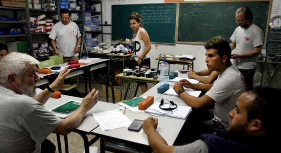 Vicente Serrano y Elizabeth Crespo, al fondo, en una clase del taller Itaca.