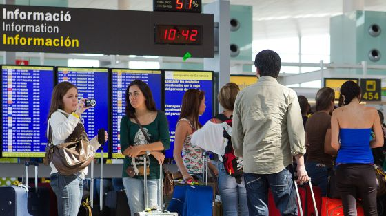 Pasajeros en la terminal 1 del aeropuerto de Barcelona.