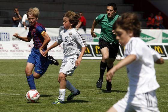 Nicolas González, hijo del deportivista Fran, conduce el balón en un partido del Montañeros contra el Barcelona.  CARLOS PUGA