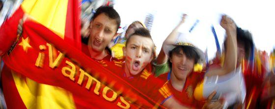 Los seguidores de la Roja disfrutan en la explanada del Bernabéu.